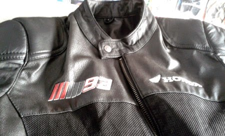 tampak depan jaket dengan logo MM93 (Marc Marquez)