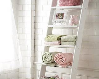 escada como suporte de toalhas