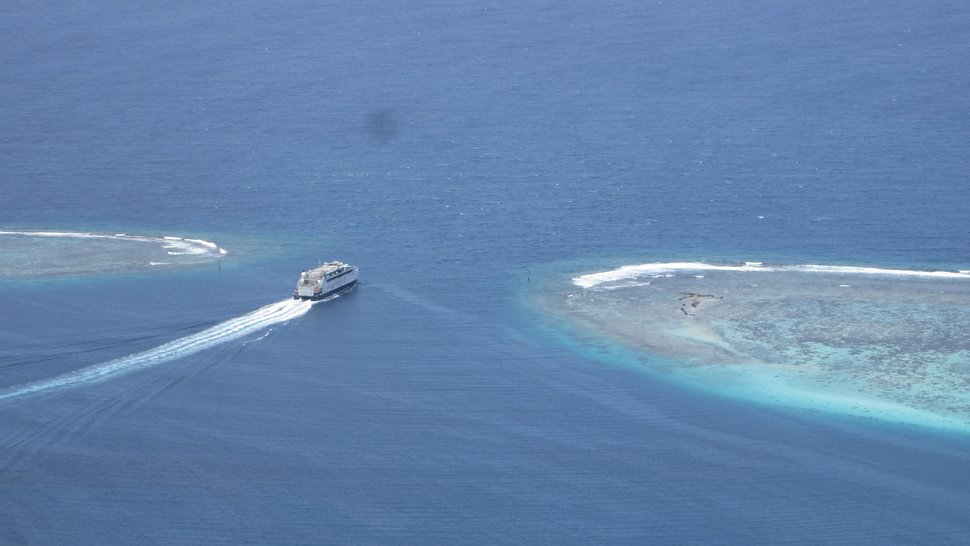 Le navire Aremiti Ferry 2 quitte la baie de Vaiare
