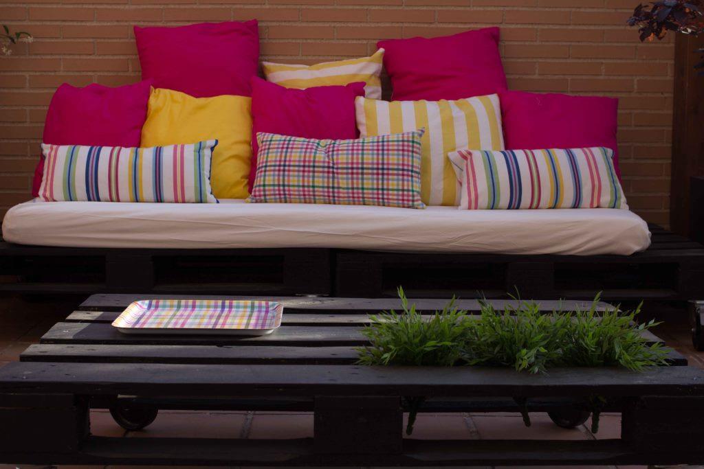 Diy c mo se hace una mesa y unos sof s de palets por - Cojines exterior ikea ...