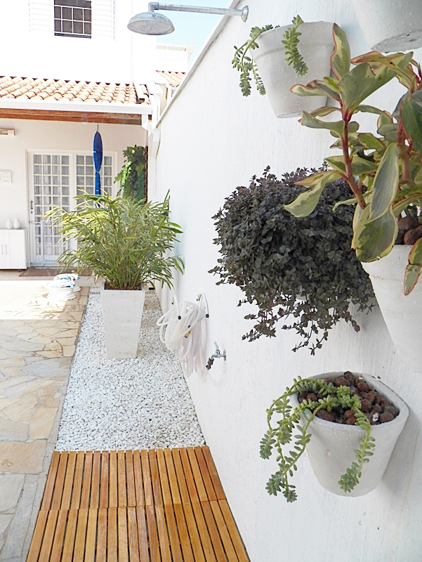 paisagismo de área externa em casa com piscina