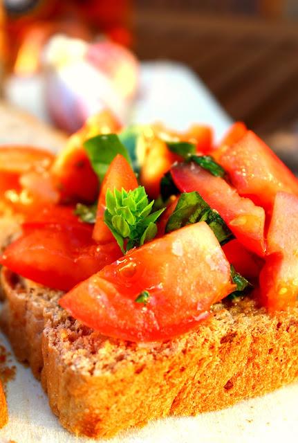 Bruschetta de tomate y albahaca