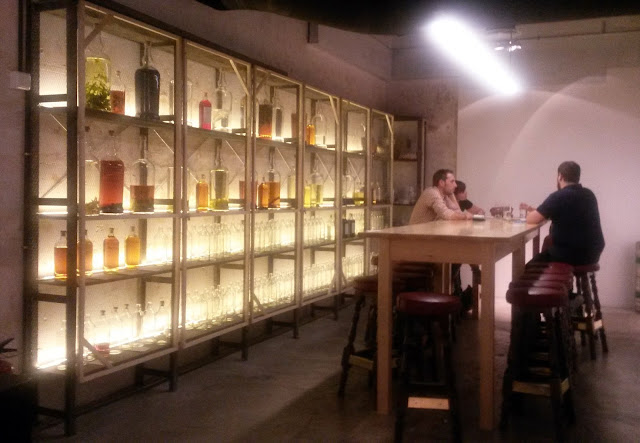 Mesa alargada en Macera Bar.