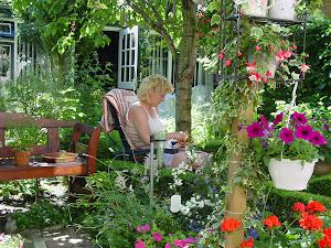 Ik in mijn tuin