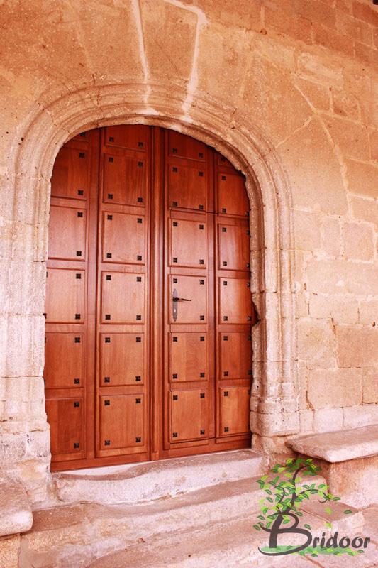 Bridoor s l puerta de madera para la iglesia de cabeza de for Puertas pequenas de madera
