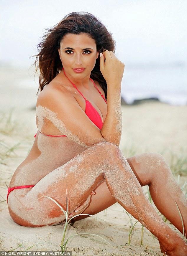"""الموديل """"نادية فورد"""" في صور ساخنة على الشاطىء بالبكيني الأحمر"""