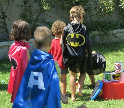 Juego latas superheroe