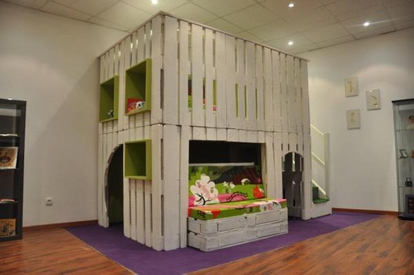 Une cabane en bois de palettes!