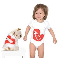 Bebês e cachorros com roupas coordenadas