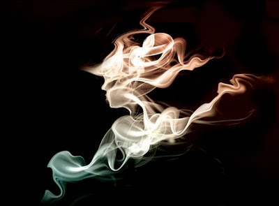 Silueta humana hecha con humo