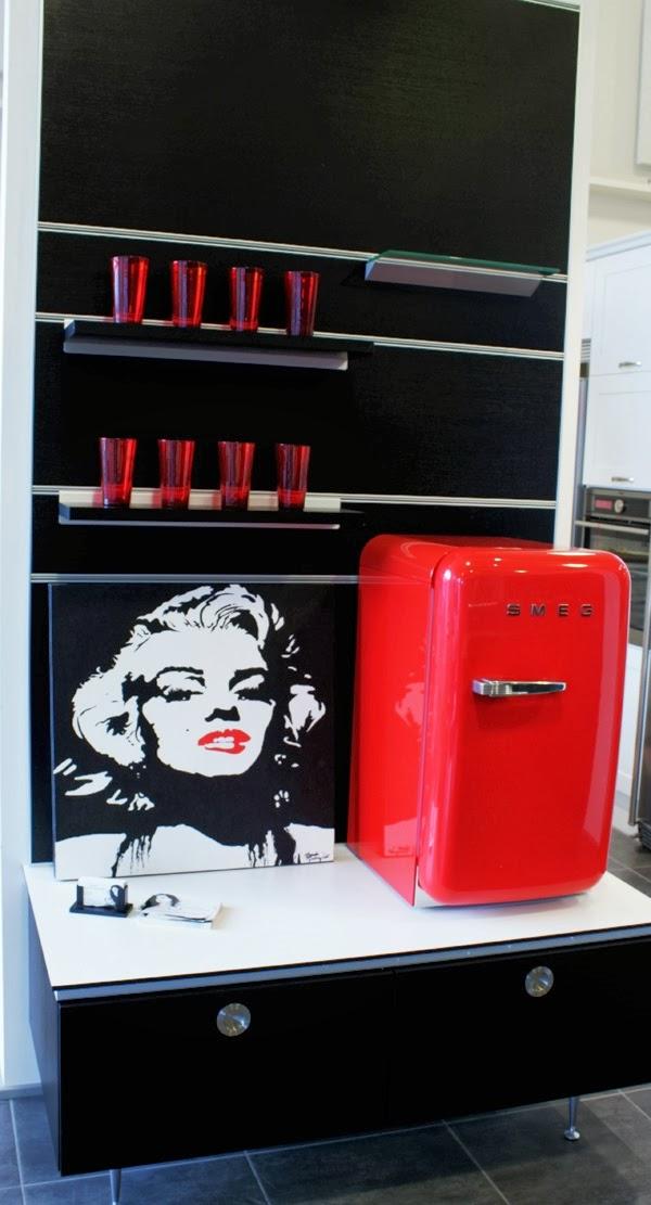 marilyn monroe, svart vitt och rött, kök i rött svart och vitt, rött kylskåp från Smeg, röda detaljer, hth kök i varberg