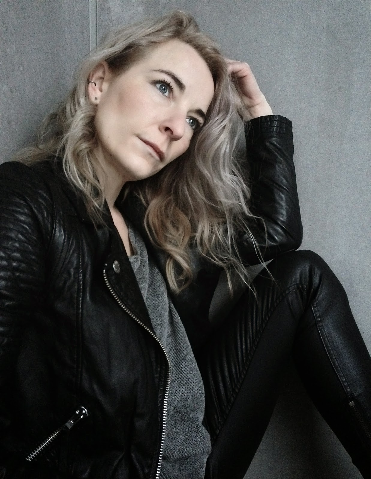Curls, Twist & Tango Colbie Leather jacket, BLK DNM jeans 4 platt black, Red Label jumper, Still With You earrings, Leatherlook, Bikerchic