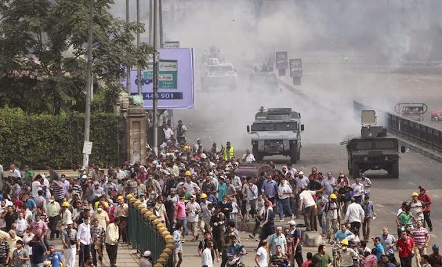 صور تُنشر لأول مرة لأحداث ميدان الجيزة ونفق الهرم أثناء مذبحة الفض 487426_10202387361465816_1636578238_n