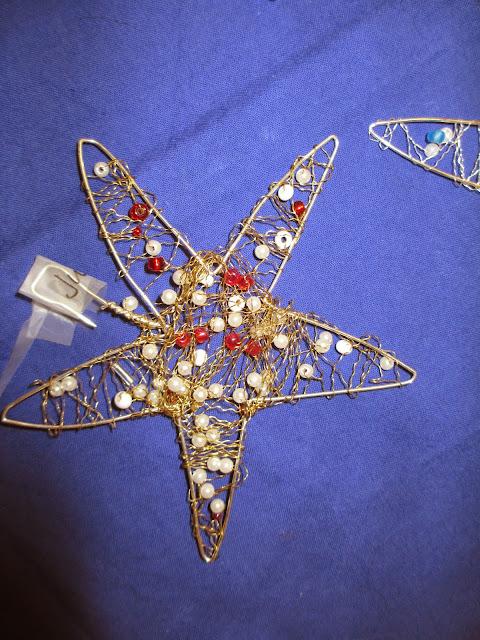 Kindergartenkinder basteln Perlen Sterne