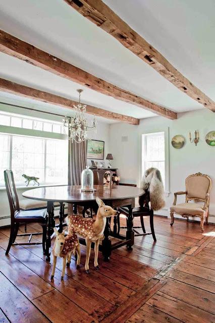 Salon z piękną, drewnianą podłogą w klasycznym stylu