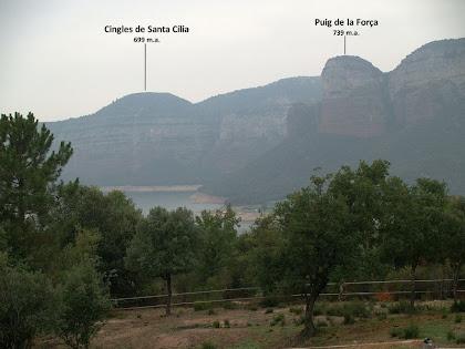 Vistes cap al nord-oest amb els Cingles de Santa Cília i el Puig de la Força