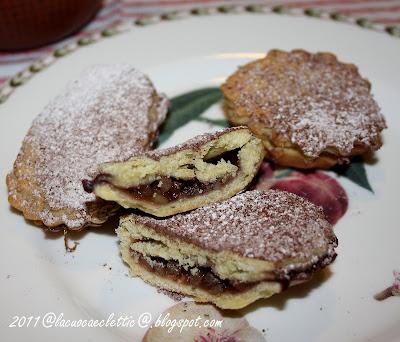 Pasticciotti di pasta frolla confettura di ciliegie e granella di mandorle