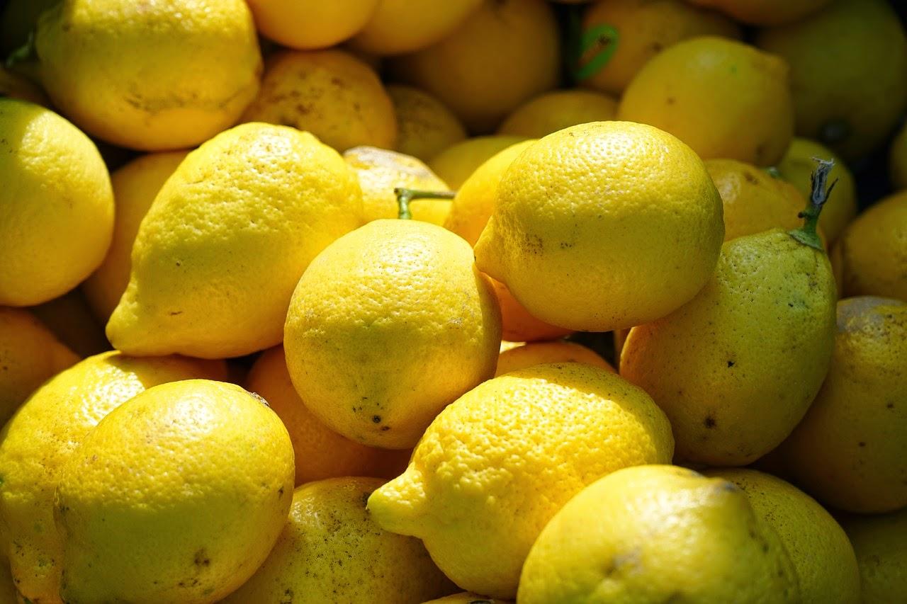Τρόπος για να ξεχωρίζετε τα καλά λεμόνια όταν τα αγοράζετε