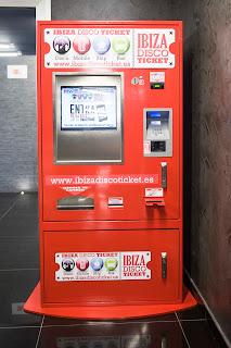 Una de las máquinas expendedoras de Ushuaïa Ibiza Beach Hotel desde la que se puede comprar entradas, recargar el móvil, comprar tickets para el Discobus o reservar tu próxima excursión por Ibiza