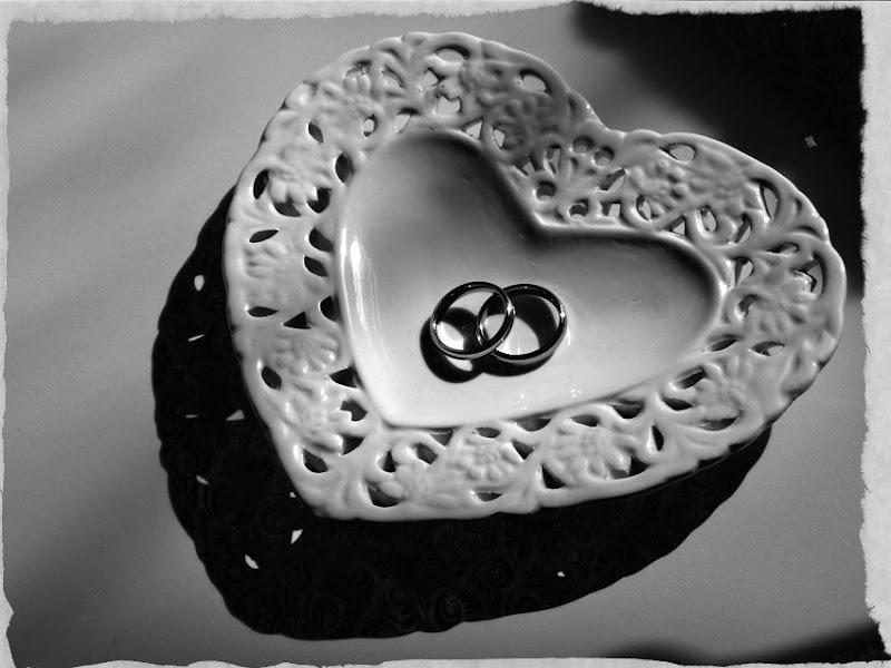 Zwei Ringe in einer herzförmigen Porzellanschale