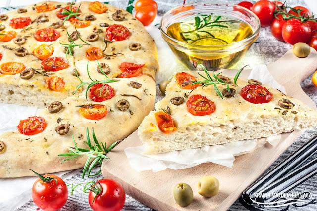 focaccia, chlebek drożdżowy, prosty chleb drożdżowy, włoski chleb, włoskie danie, przekąski na imprezę, kraina miodem płynąca