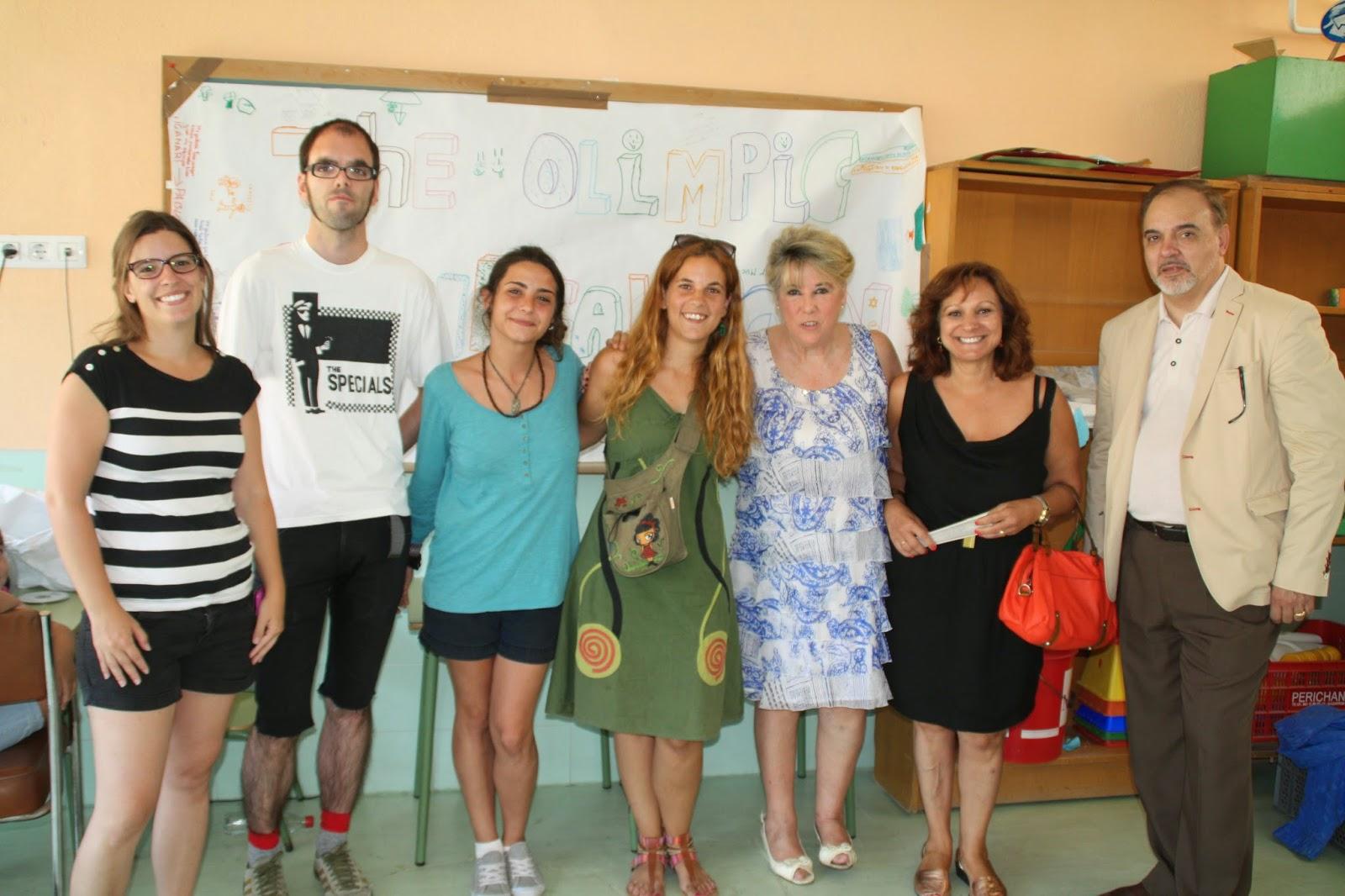 La Concejala de Moratalaz con los monitores del campamento urbano