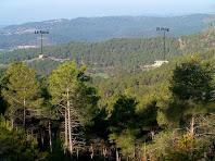 Les masies de La Roca i El Puig des de la pista d'accés al Serrat de l'Àliga