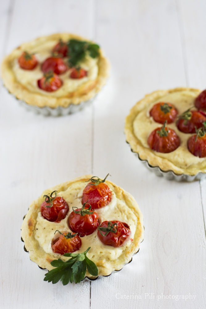 Tartellette salate con  ricotta e pomodorini