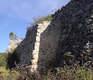 Detall dels contraforts de la nevera de Baix de Carcaixent