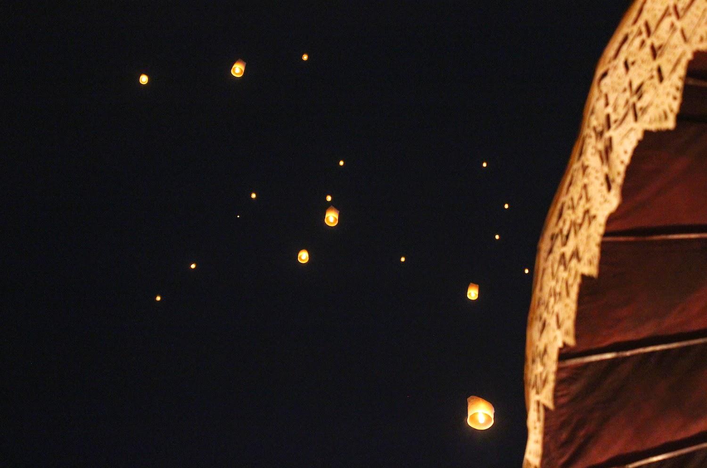 Lanterne che volano alto - foto di Elisa Chisana Hoshi