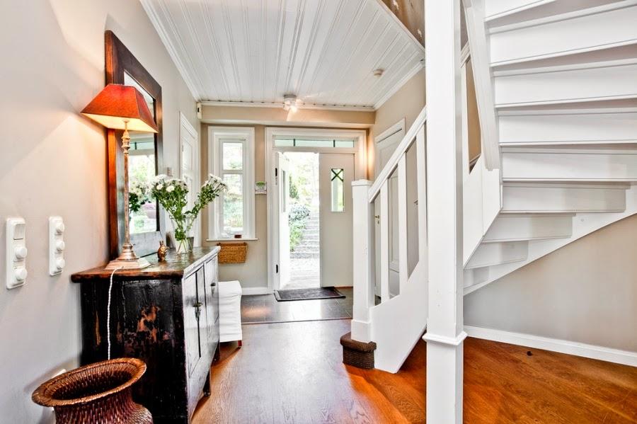 wystrój wnętrz, wnętrza, home decor, dom, mieszkanie, styl tradycyjny, styl klasyczny, białe wnętrza, wejście, przedpokój, schody