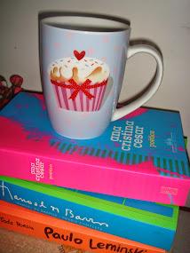 """""""Pegue sua xícara e leia a vontade: Um bom poema é aquele que nos dá a impressão de que está lendo"""