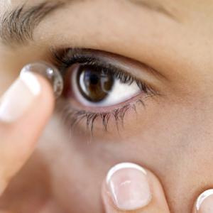 Bahaya memakai softlens Bagi Mata