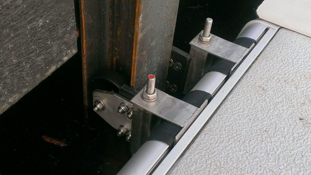 Dit vernuftige systeem zorgt dat het vlot soepel met het waterpeil beweegt.