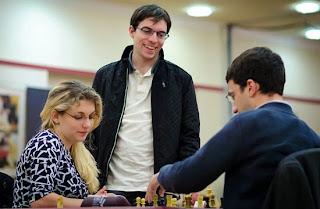 Maxime Vachier-Lagrave regarde Almira Skripchenko opposée à son mari Laurent Fressinet - Photo © Alina L'Ami