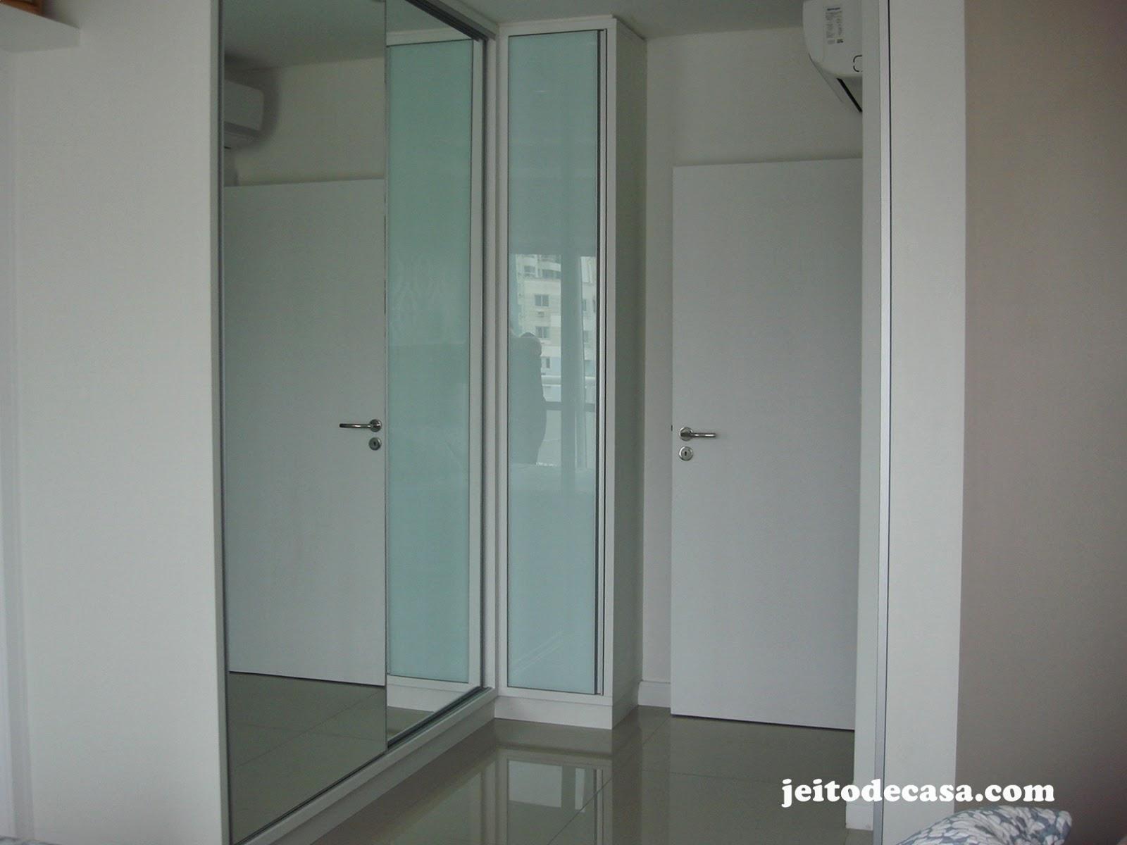 são de correr espelhada com uma pequena porta de vidro vidro de  #59514B 1600x1200