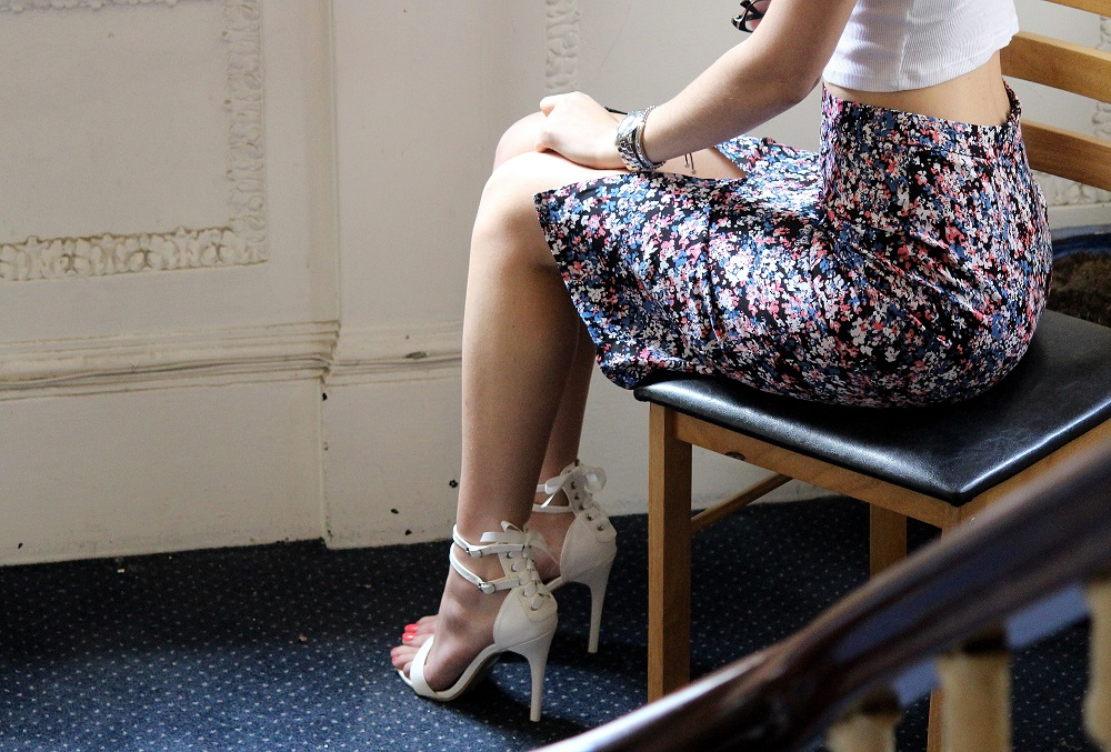 peexo fashion blogger wearing crop top and floral midi skirt with white heels