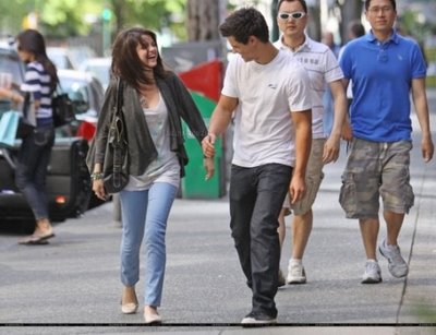 Taylor Lautner And His Girlfriend Selena Gomez Pictures And Wallpapers    Taylor Lautner And Girlfriend Kissing