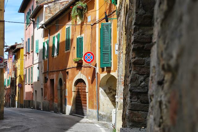 Rue italienne, poggibonsi, façades colorées