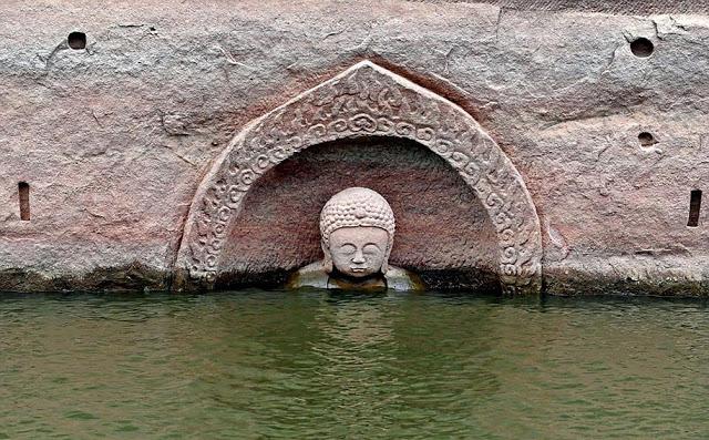 Statue de Bouddha 600 ans a émergé des eaux d'un barrage en Chine