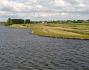 Afbeelding 1. Polder Oudendijk, met op de achtergrond Woubrugge. De kade langs de zuidwestelijke oever van het Braassemermeer is in 2011 versterkt