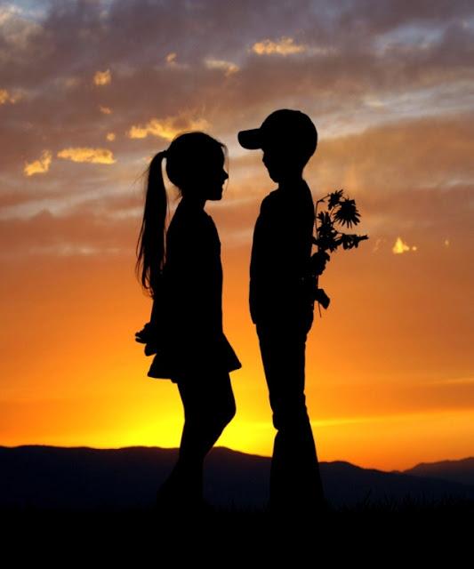 Dreng møder pige i sommernatten, med blomster-buket på ryggen