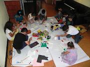 . con 11 niños con edades entre los 4 y los 11 años de clase media
