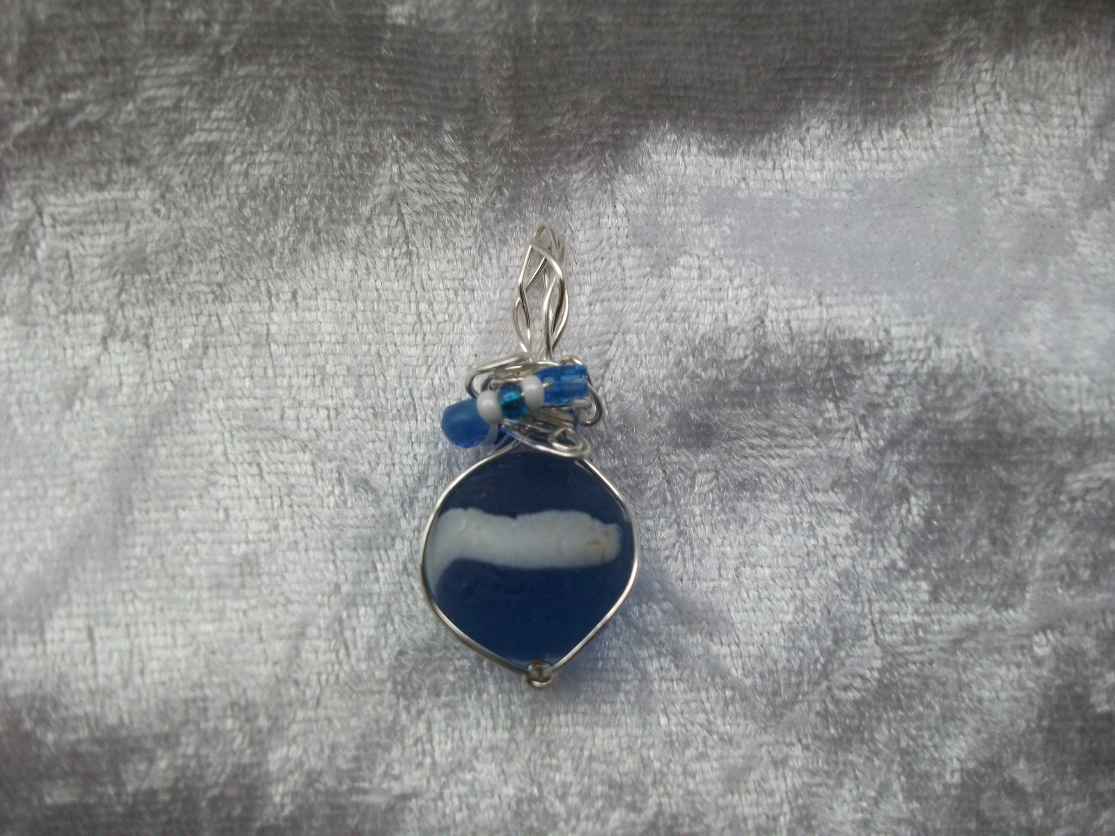 http://4.bp.blogspot.com/-be5HlIrjTE8/TxxactorkfI/AAAAAAAAAWk/KQIrrfqkTXY/s1600/Blue+and+White+Sea+Glass+Marble+Pendant.jpg