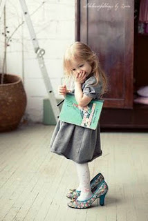 Foto Gambar Bayi Pakai Sepatu High Heels Kebesaran 18