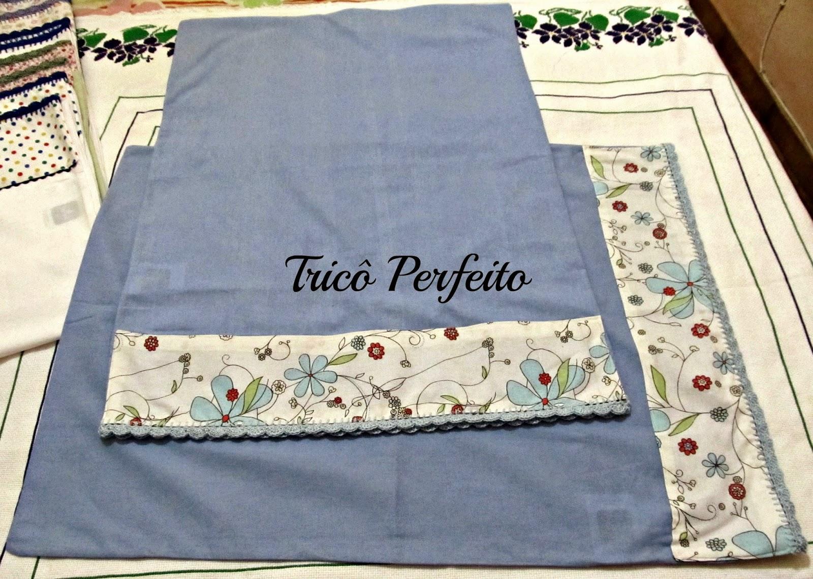 Fronhas com barradinho de tecido e crochê