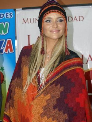 Kenita Larraín con poncho y chullo peruano