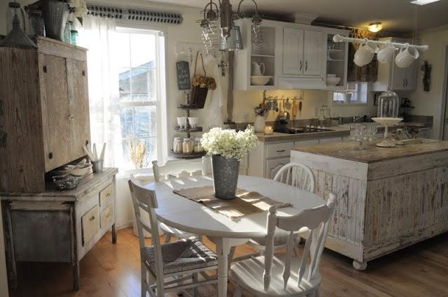 Una cocina rústica en blanco y tonos tierra