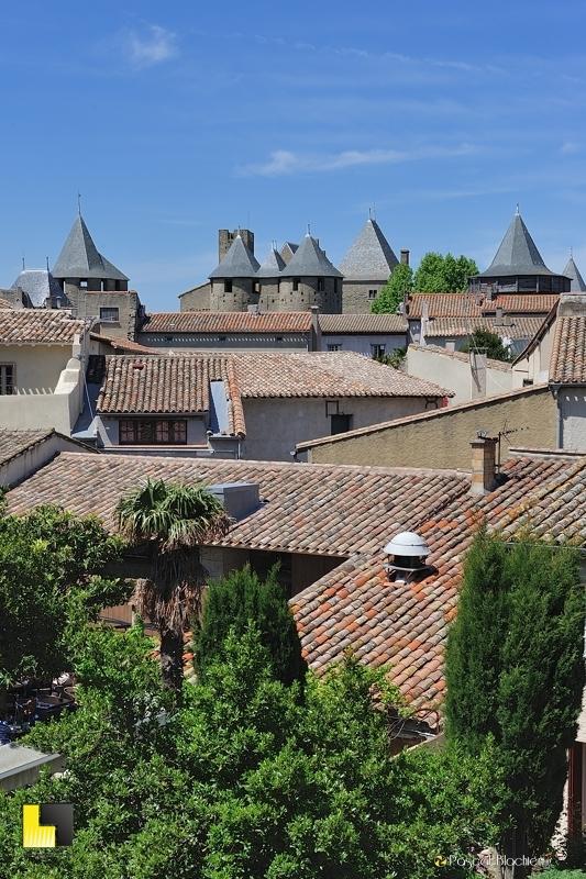 Les toits de la cité de Carcassonne avec en fond le château comtal photo pascal blachier