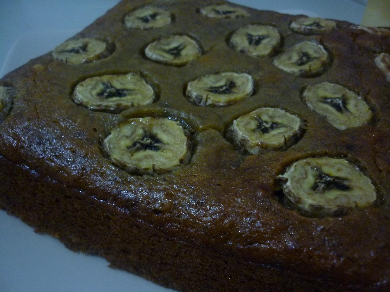 moist pisangnya berasa banget tapi maaf yah cake nya ngga dipotong ...